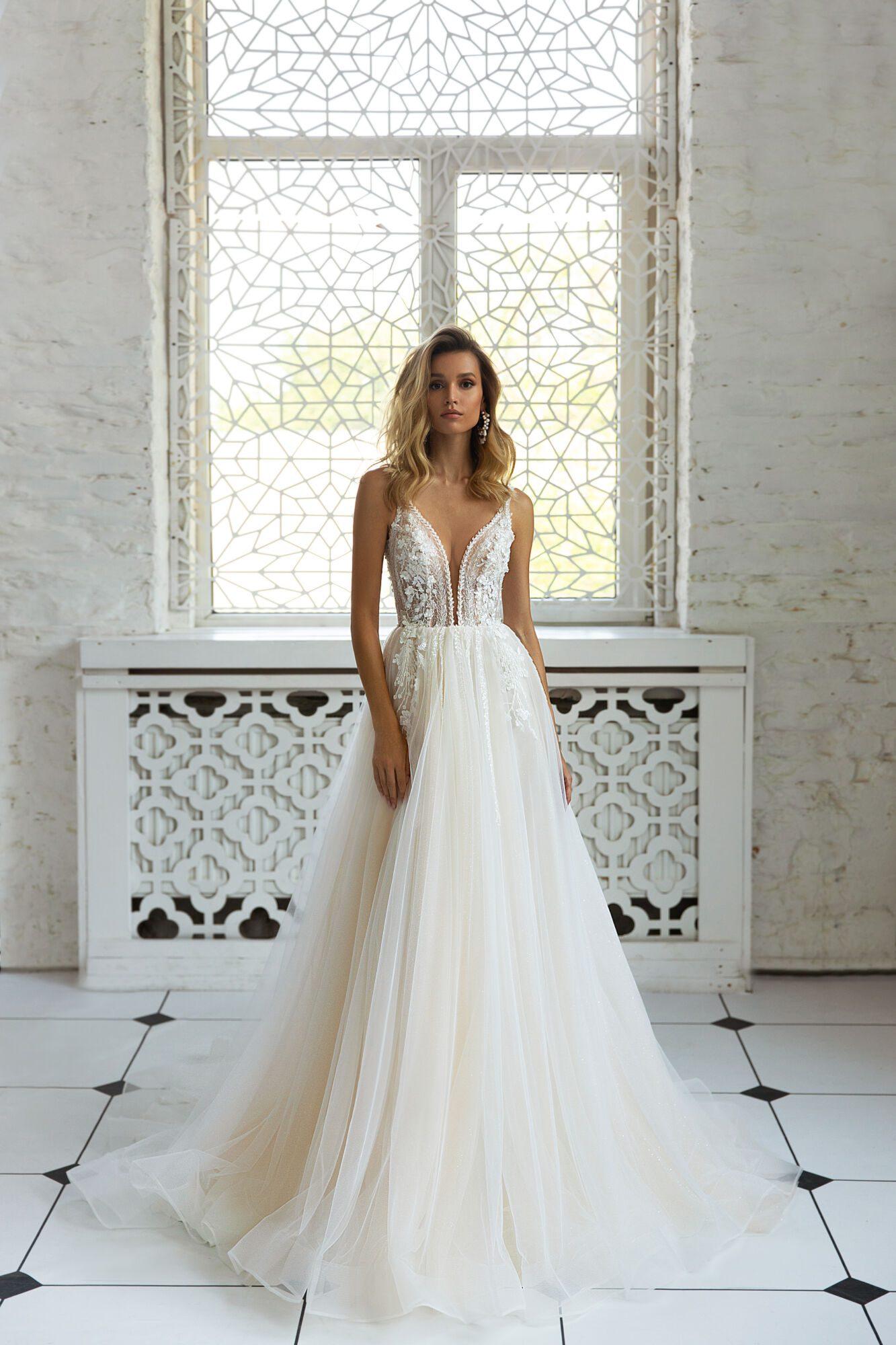 Pudrové svatební šaty v boho stylu