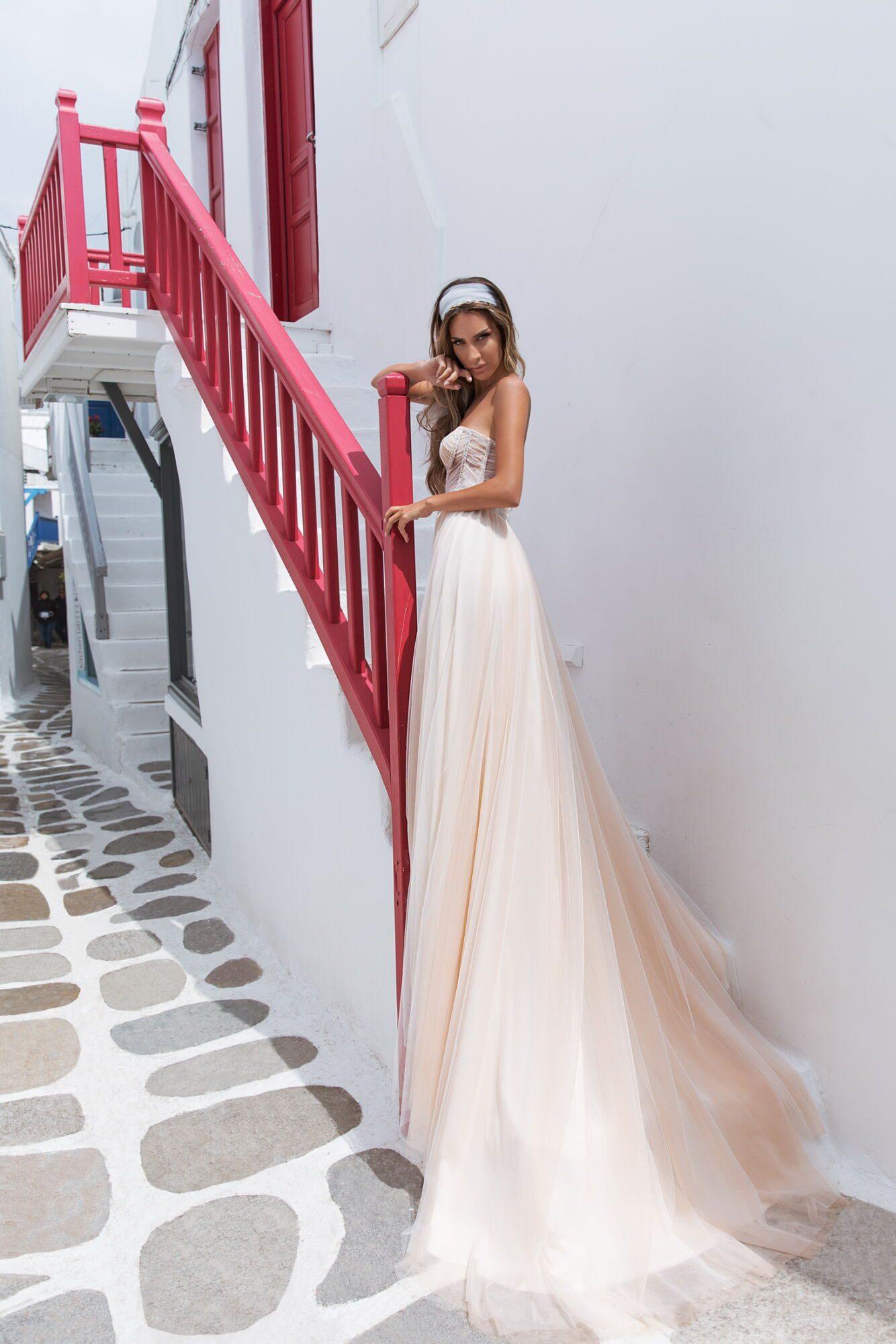 Originální svatební šaty v oranžovém podtónu
