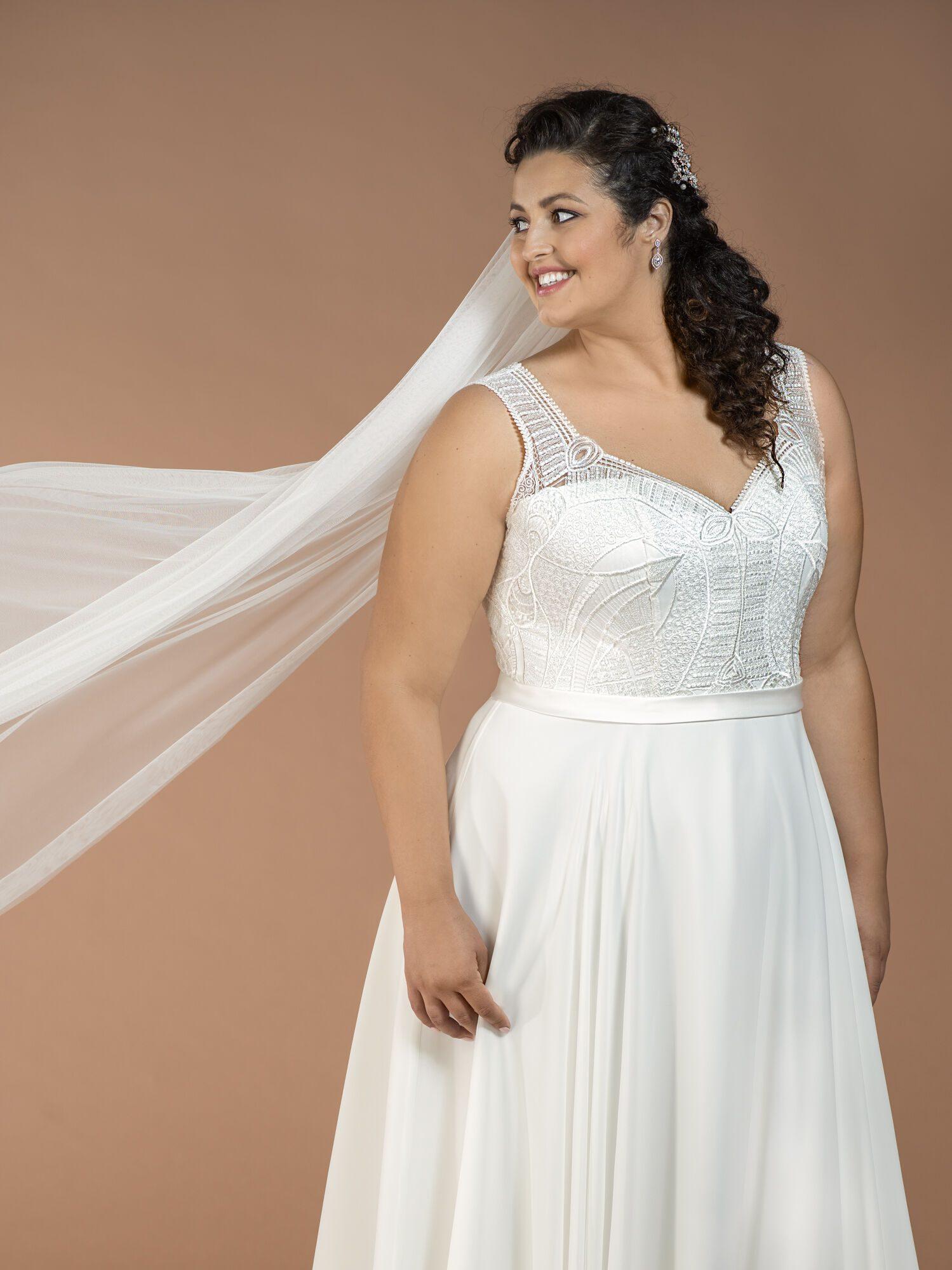 Plus size svatební šaty s hladkou sukní
