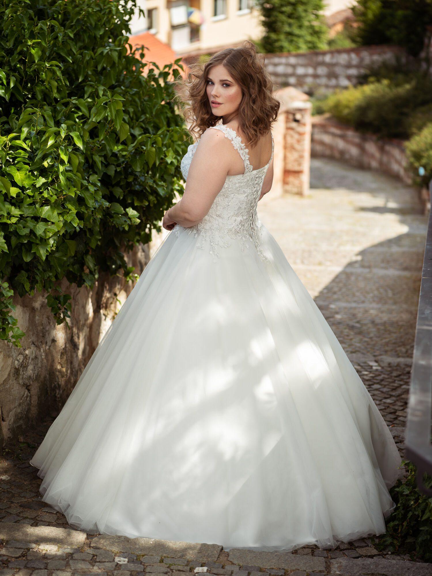 Svatební šaty plus size na míru