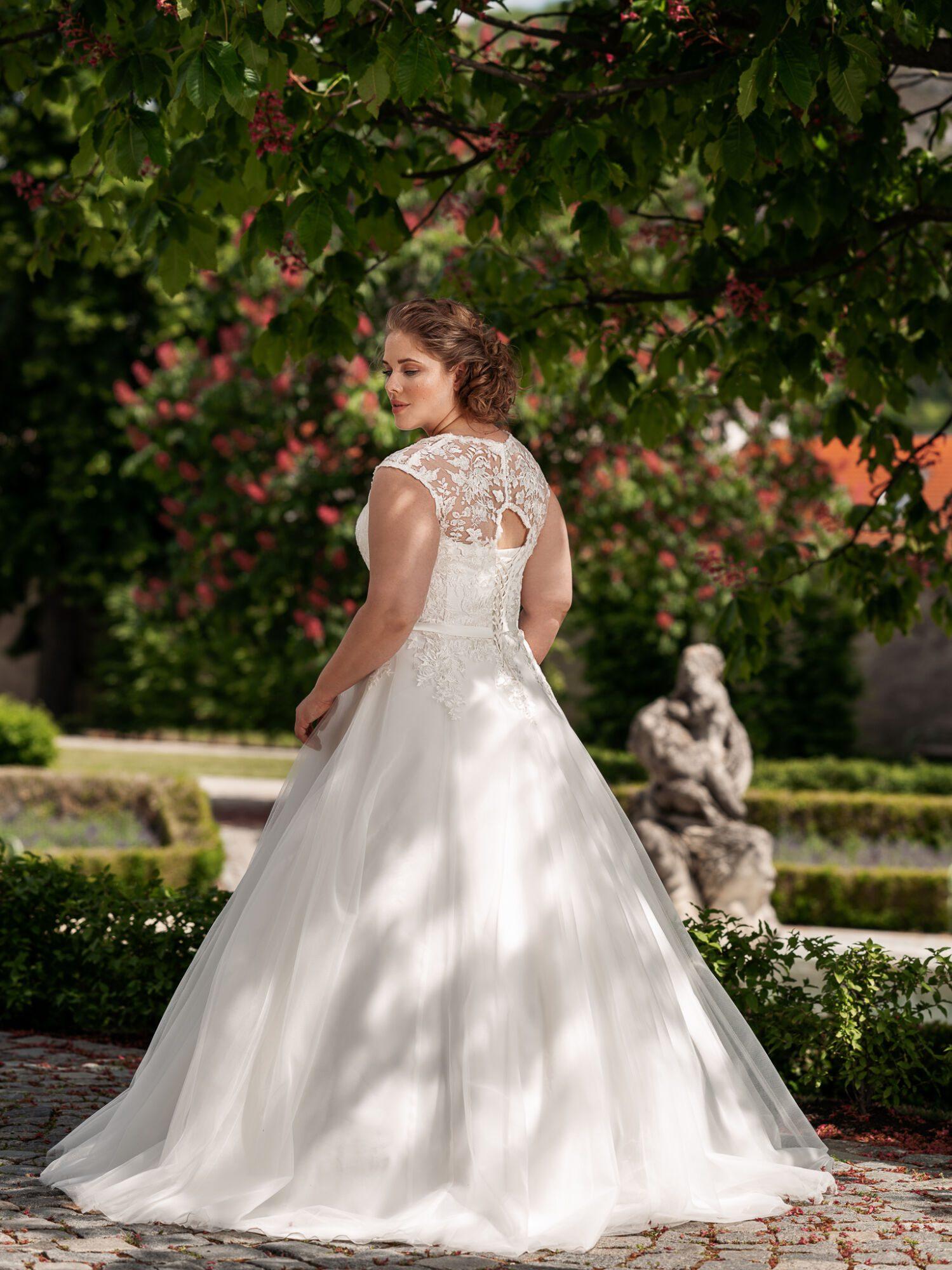 Svatební plus size šaty áčkového střihu