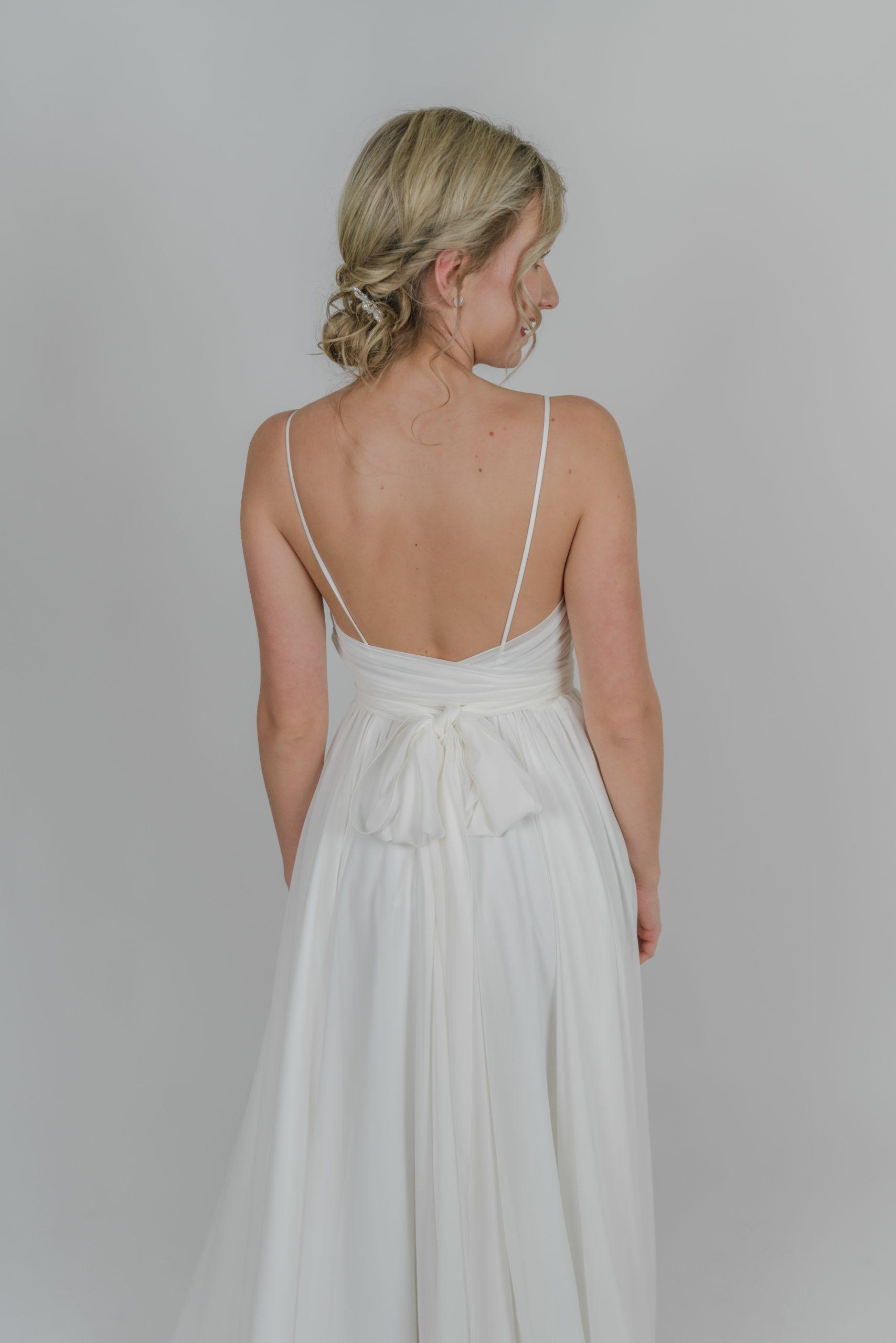 Boho lehké svatební šaty s mašlí na zádech