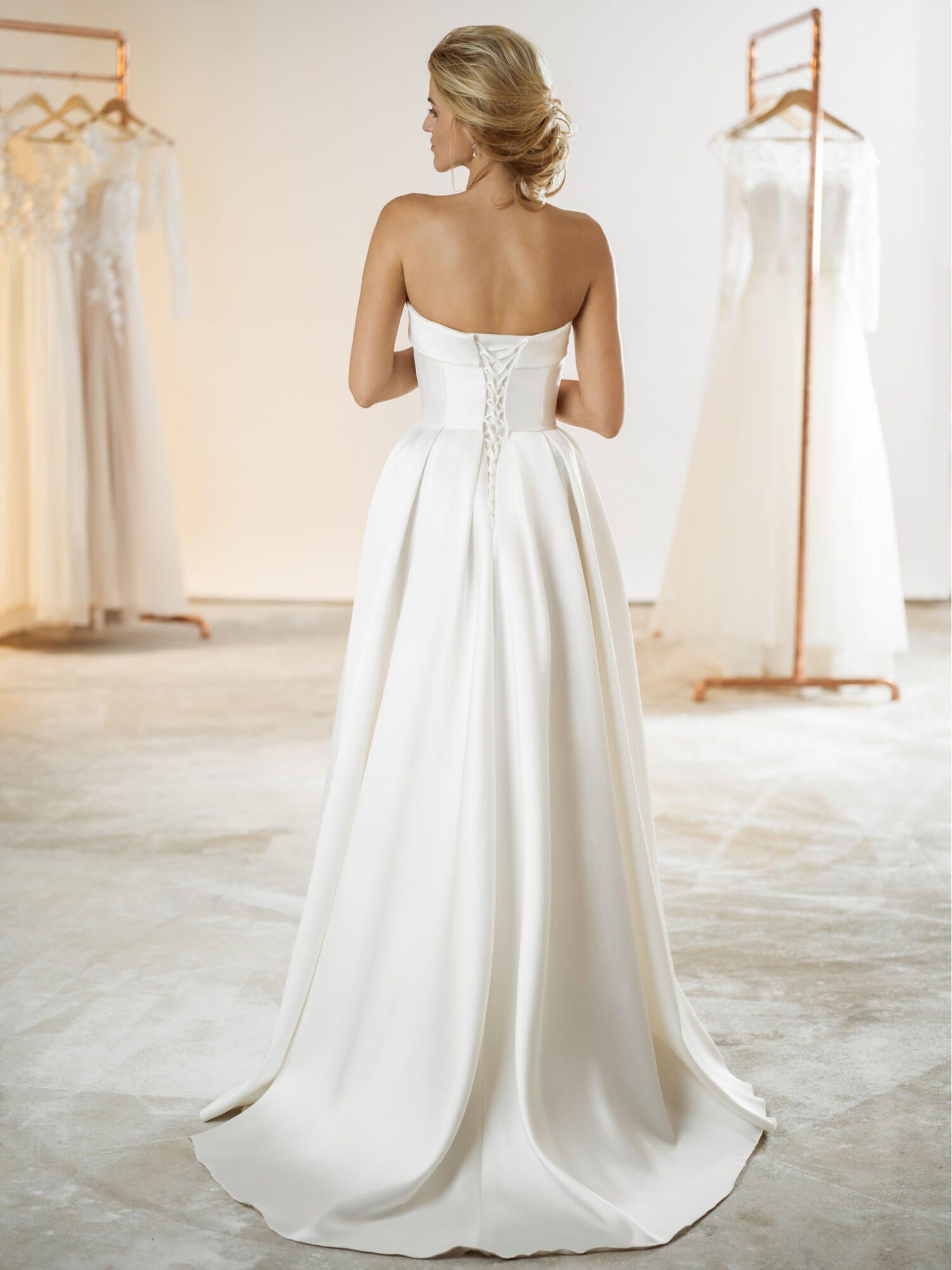 Hladké saténové svatební šaty