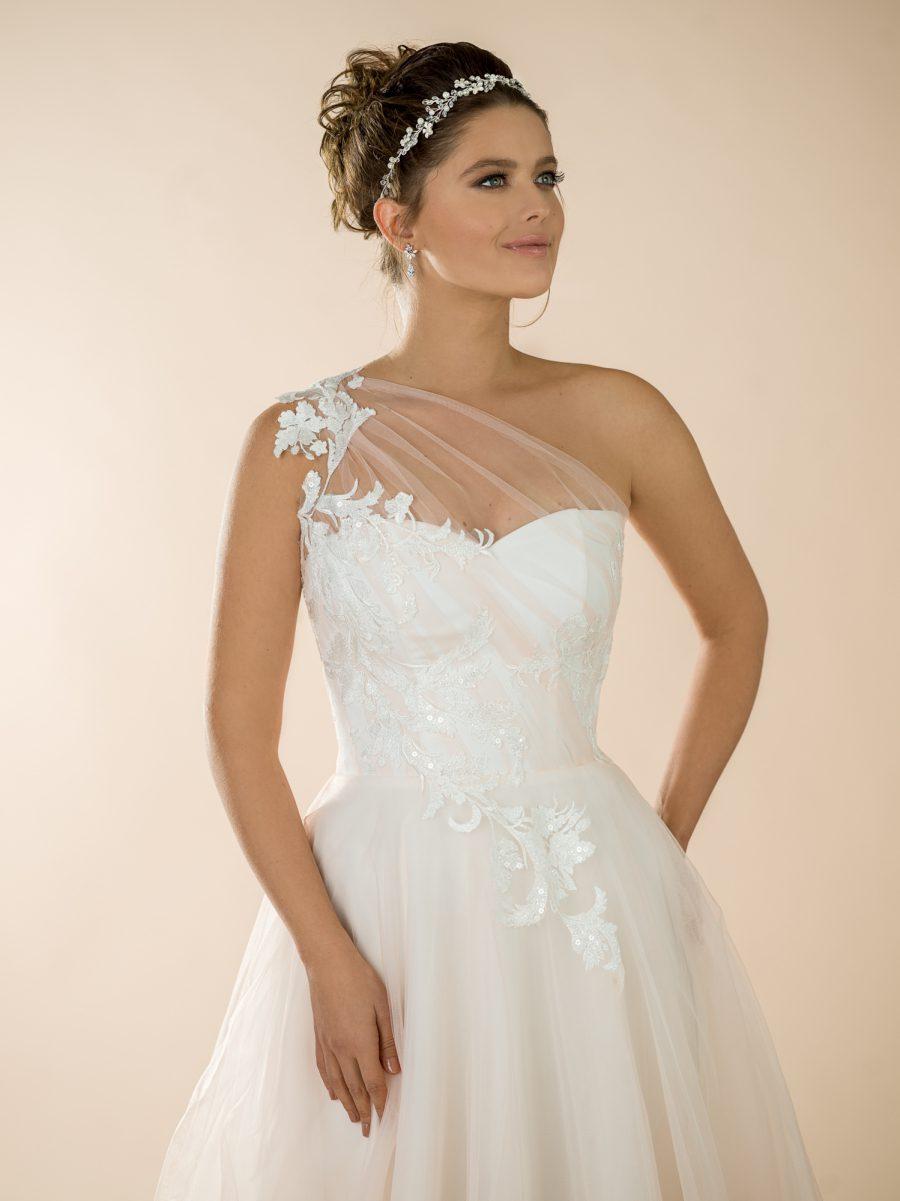 Pudrové svatební šaty s ramínkem přes jedno rameno