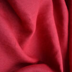 Karmínově červená